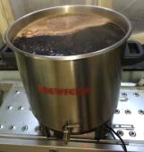 Pendant 1 heure le moût (notre future bière) bout et reçoit le houblon. Ici 18 litres en devenir...