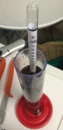 Lecture du densimètre. Ici, 1,110 pour un potentiel d'alcool de 11% !